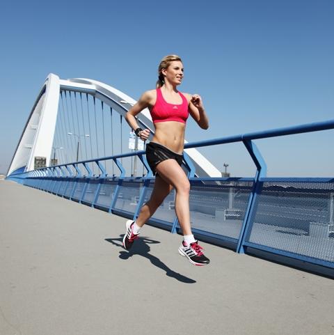 Ako začať behať (7. časť)  Správne držanie tela a poloha rúk pri ... 12febd95174